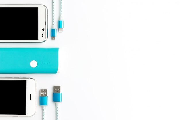 Widok z góry kabla do ładowania usb biały smartphone i niebieski bank baterii