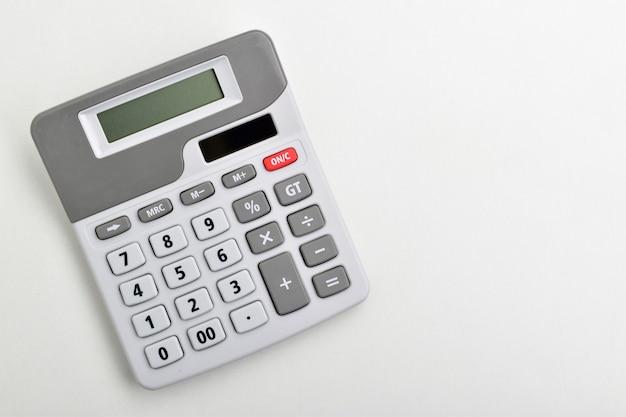 Widok z góry kalkulatora na białym tle