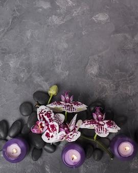 Widok z góry kamienie aromaterapii ze świecami