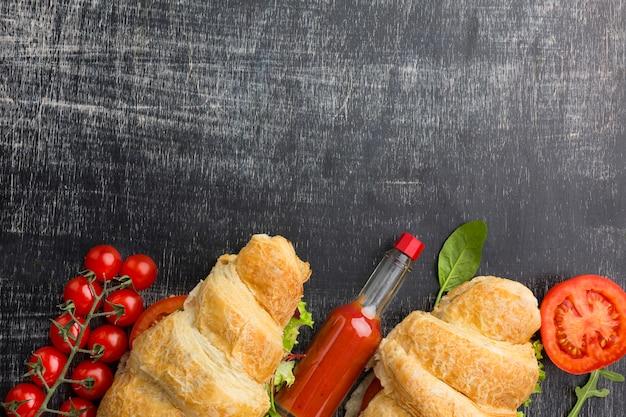 Widok z góry kanapki i gorący sos