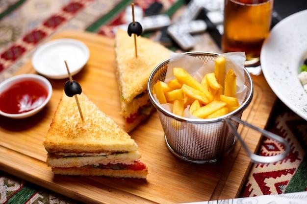 Widok z góry kanapki z kurczaka klub z ogórkiem pomidorowym