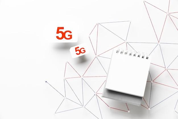 Widok z góry kart sim 5g ze smartfonem i siecią komunikacyjną