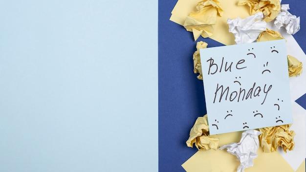 Widok z góry karteczki z marszczonymi brwiami na niebieski poniedziałek