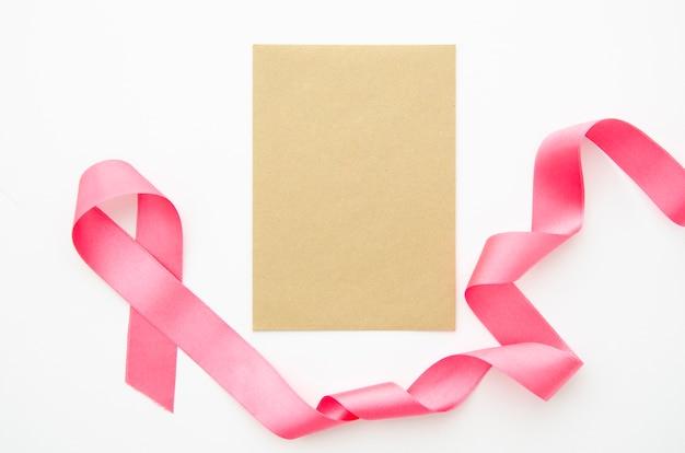 Widok z góry kartka papieru z makietą wstążki