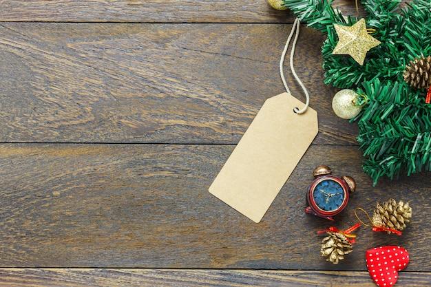 Widok z góry karty z pozdrowieniami z dekoracji świąteczne na drewnianym stole tle z miejsca na kopię.