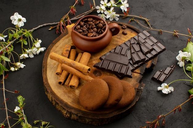 Widok z góry kawa cynamonowa czekolada na ciemności