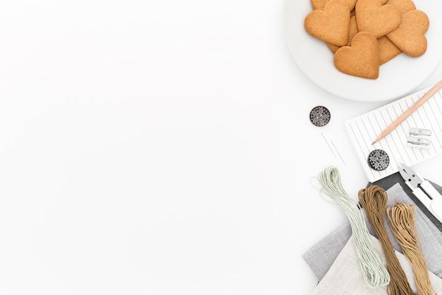 Widok z góry kawa i ciasteczka z miejsca na kopię