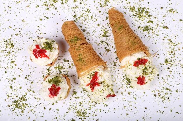 Widok z góry kawałka kawałka deseru arabskich słodkich wypieków esmalliyeh ramadan z kremową pistacjami