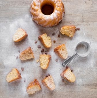 Widok z góry kawałków pączka z cukrem pudrem i rodzynkami
