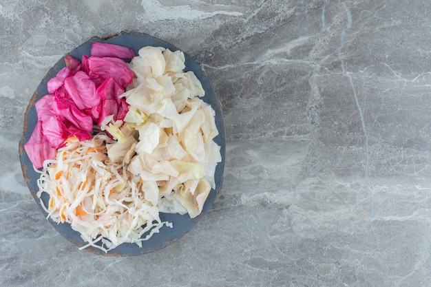 Widok z góry kiszonej kapusty na drewnianym talerzu. zdrowe domowe jedzenie.