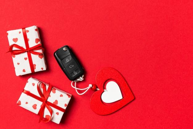 Widok z góry kluczyk, pudełka na prezenty i zabawki serca