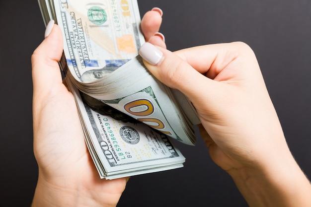 Widok z góry kobiece ręce liczenia pieniędzy