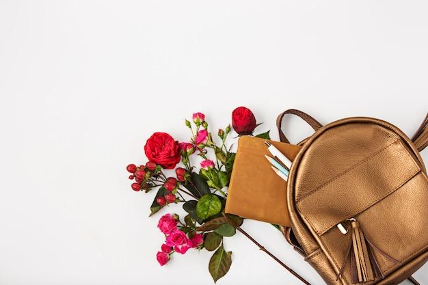 Widok z góry kobiecej własności w torbie.