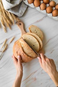 Widok z góry kobieta krojenia chleba