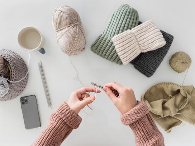 Widok z góry kobieta na drutach