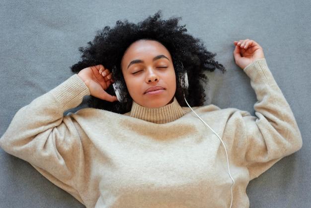 Widok z góry kobieta nosi słuchawki