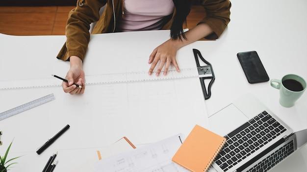 Widok z góry kobieta projektanta w biurze