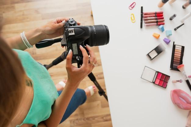 Widok z góry kobieta sprawdzanie wideo w aparacie