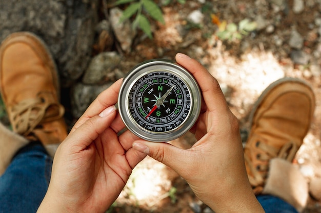 Widok z góry kobieta trzyma kompas