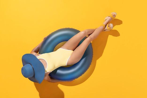 Widok z góry kobieta w opalaniu kostium kąpielowy