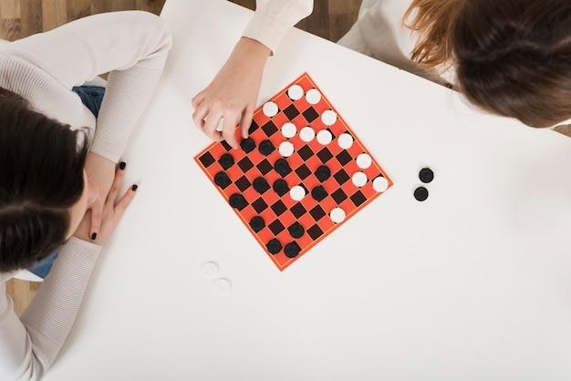 Widok z góry kobiety grające w warcaby