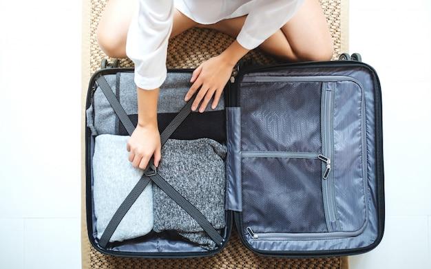 Widok z góry kobiety pakowania bagażu na wycieczkę