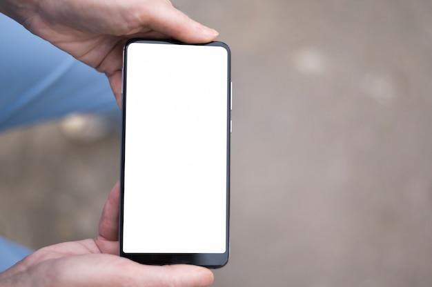 Widok z góry kobiety trzymając telefon makiety