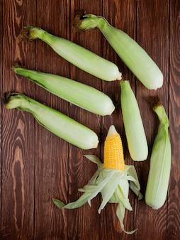 Widok z góry kolb kukurydzy z muszli na drewnie
