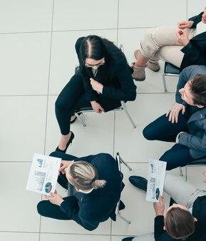 Widok z góry. koledzy z biznesu, ściskając sobie dłonie na spotkaniu