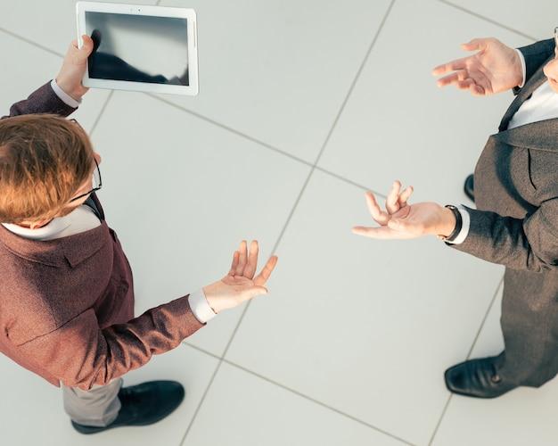 Widok z góry. koledzy z pracy omawiają dane finansowe. zdjęcie z miejscem na kopię.