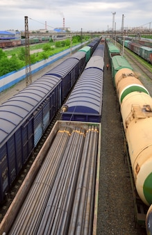 Widok z góry kolejowych pociągów towarowych po horyzont wagony odcinek kolei transsyberyjskiej