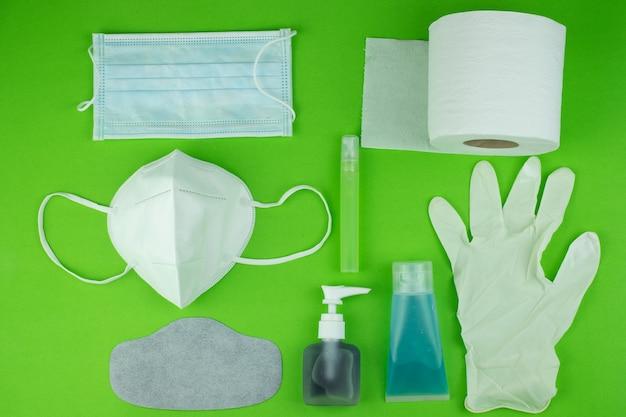 Widok z góry kolekcja masek medycznych z alkoholem i rękawiczkami oraz bibułką