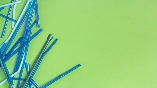 Widok z góry kolorowa kolekcja plastikowych słomek