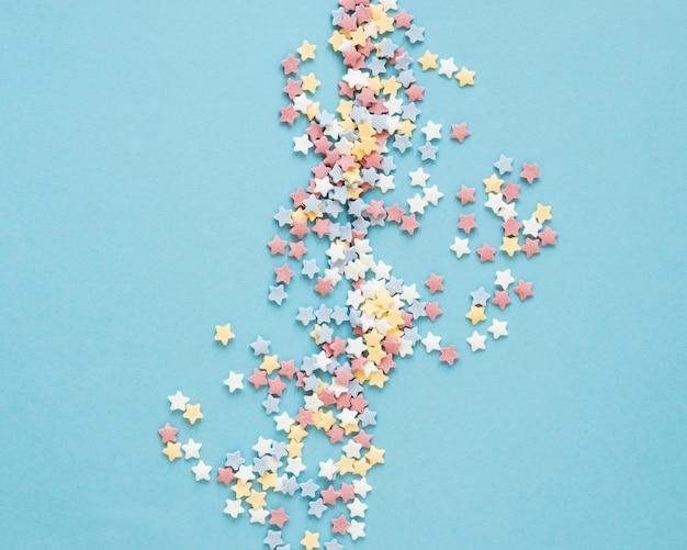 Widok z góry kolorowe cukierki na niebieskim tle