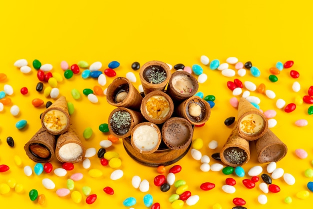 Widok z góry kolorowe cukierki wraz z lodami rogowymi na żółto
