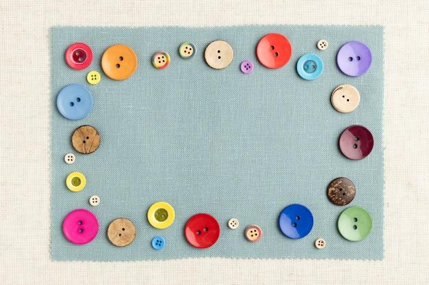 Widok z góry kolorowe guziki na tkaninie