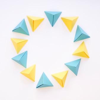 Widok z góry kolorowe koło piramid papierowych