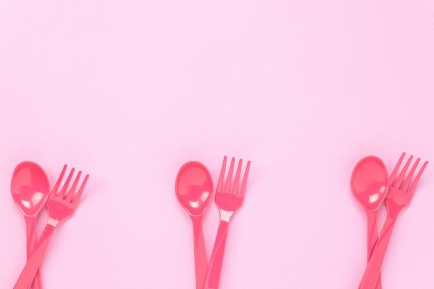 Widok z góry kolorowe kolorowe łyżki i rozwidlenia na tle różowy tabeli z miejsca kopiowania.