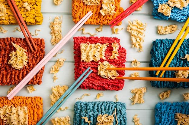 Widok z góry kolorowe makaron ramen i pałeczki