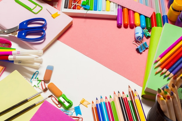 Widok z góry kolorowe przybory szkolne