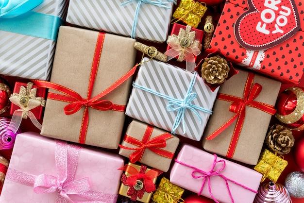 Widok z góry kolorowe pudełka z wstążkami. prezenty na boże narodzenie nowy rok