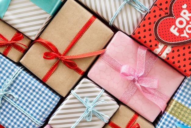 Widok z góry kolorowe pudełka z wstążkami. prezenty na boże narodzenie