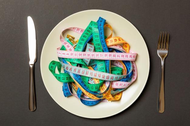 Widok z góry kolorowe taśmy pomiarowe na talerzu