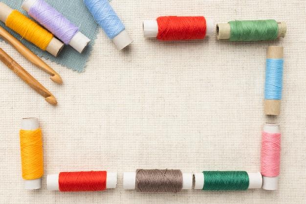 Widok z góry kolorowe wątki z miejscem na kopię