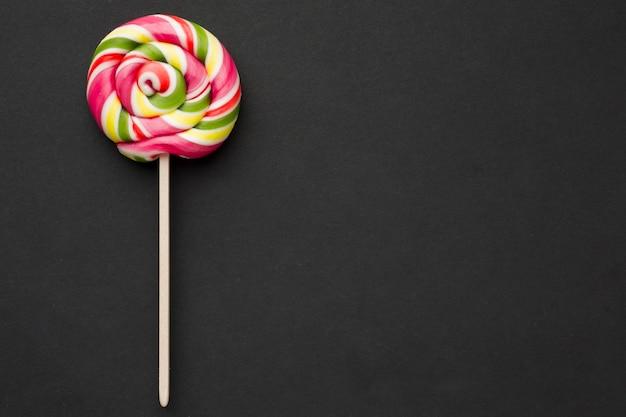 Widok z góry kolorowy lollipop na czarny stół