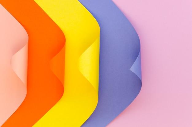 Widok z góry kolorowych arkuszy papieru z rogami
