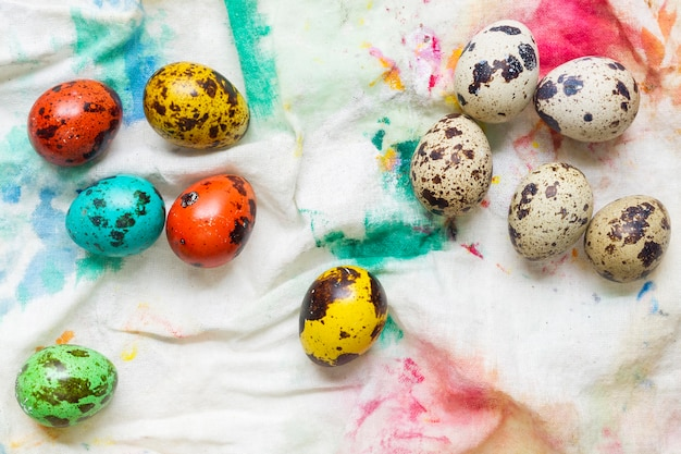 Widok z góry kolorowych jaj na wielkanoc
