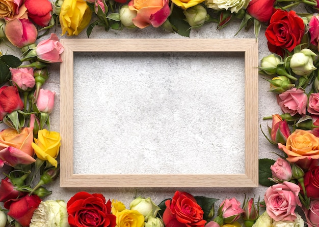 Widok z góry kolorowych kwiatów z pustą ramką