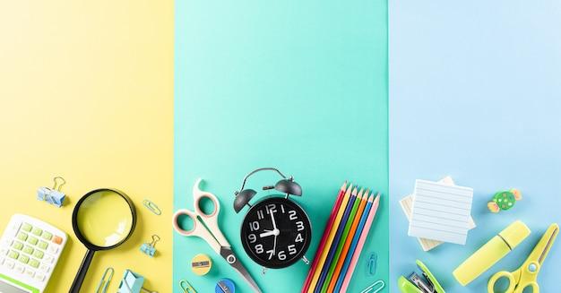 Widok z góry kolorowych przyborów szkolnych z książkami.