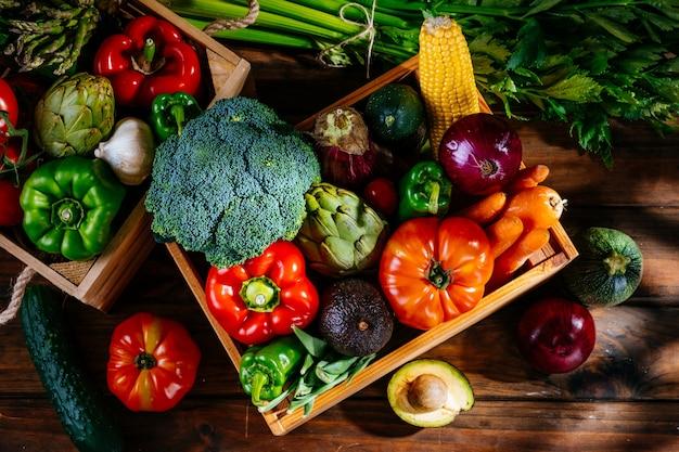 Widok z góry kolorowych świeżych warzyw rolniczych na drewnianym stole, zbilansowana dieta